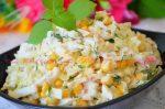 Салат с кальмарами и крабовыми палочками и кукурузой – Салат с кальмарами, кукурузой и крабовыми палочками рецепт с фото