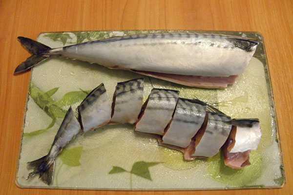 1d85ec068b77 Допустимая ширина кусочков – от 2 до 3 см, этот размер позволяет мясу  быстро и хорошо просолиться. Для засолки целиком следует выбирать рыбу  среднего ...